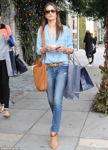 alessandra-ambrosio-street-style-in-skinny-jeans-o