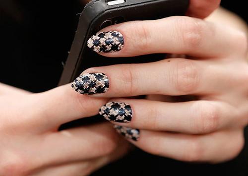 beauty-nails-2014-09-bobby-pin-nail-art-04.jpg