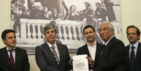 PS apresenta documento decada para portugal 2015 -