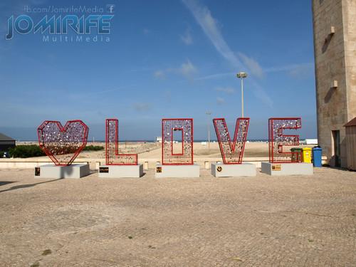 Escultura de cadeados de amor com estrutura metálica Love na Figueira da Foz junto da praia da claridade [en] Padlocks sculpture love metal frame Love in Figueira da Foz along the beach clarity