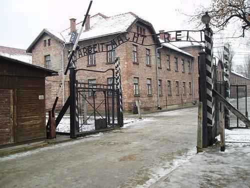 Arbeit_macht_frei_sign,_main_gate_of_the_Auschwitz