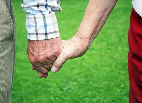 casal-de-mãos-dadas-passeando.jpg