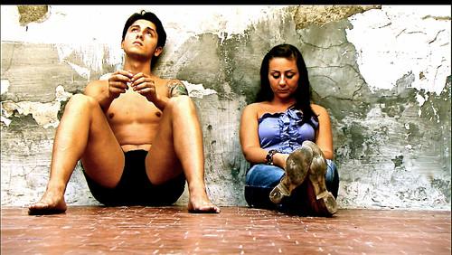 Fabio e fidanzata seduti a terra (L.C.B.).jpg