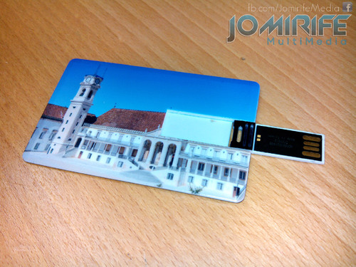 Cartão com pendrive da Universidade de Coimbra [en] Card with pen drive from the University of Coimbra