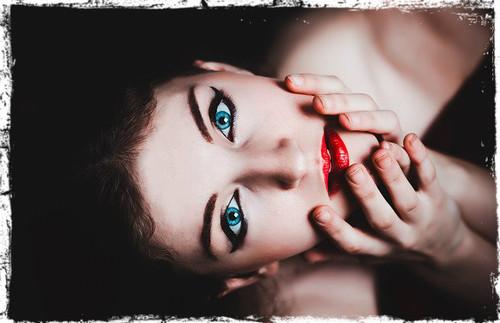 Pixabay - Blue eyes, red lips