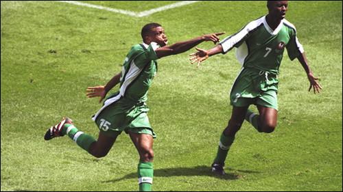 Sunday Oliseh aponta para Dosu nas bancadas/BBC