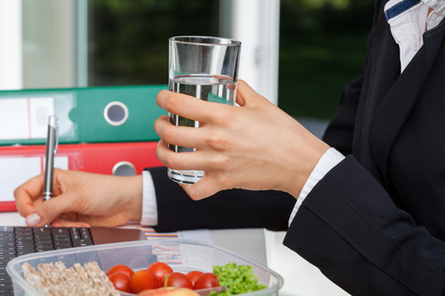 The-Dos-and-Donts-of-Eating-Healthy-at-Work-by-Kat