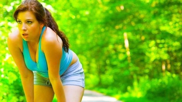 mulher-corrida-cansada-dieta-emagrecimento-exercic