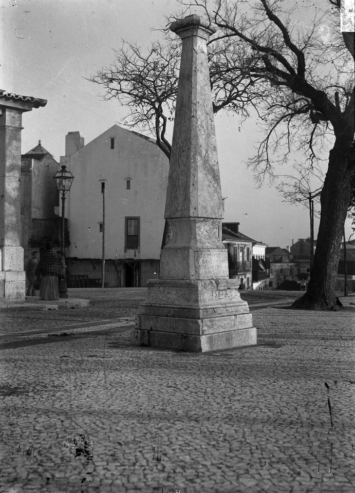Padrão erguido em 1148, foto de Bárcia.jpg