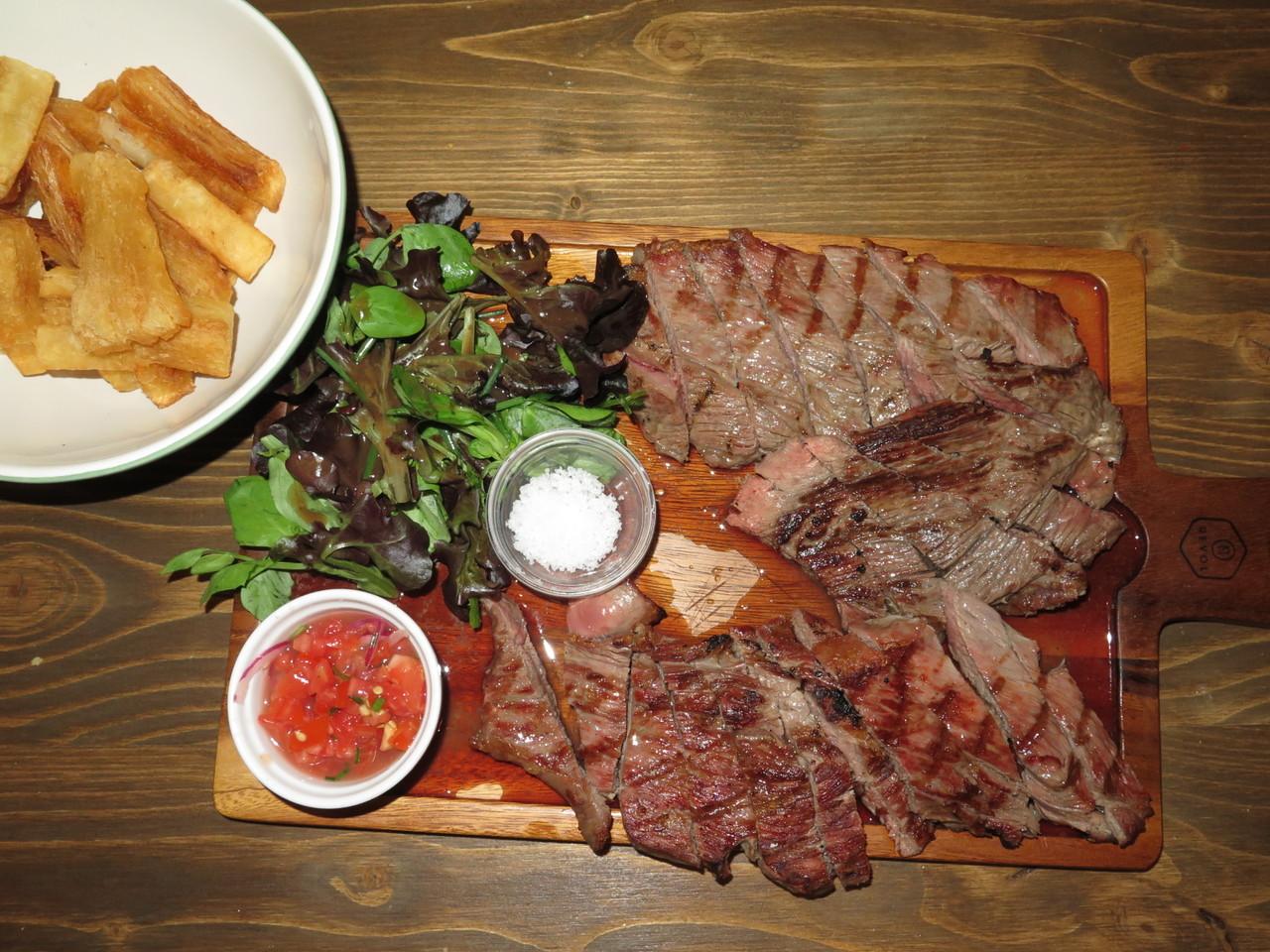 Mandioca frita… acompanhando as tirinhas grelhadas de carne mirandesa D.O.P.