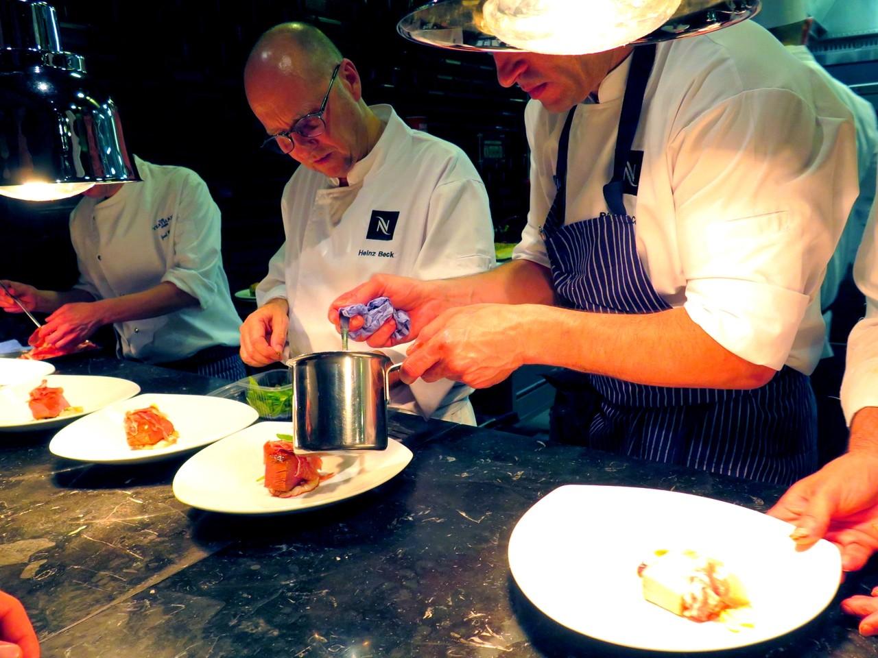 Heinz Beck empratando as folhas… depois de Ricardo Costa servir o molho de feijoada
