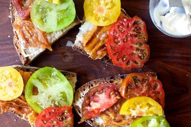 tostas com tomate e queijo provolone crocante.jpeg