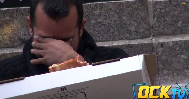 Ver-este-homem-a-pedir-comida-a-estranhos-vai-muda