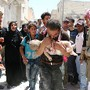 Pai retira filho escombros em Aleppo, Síria