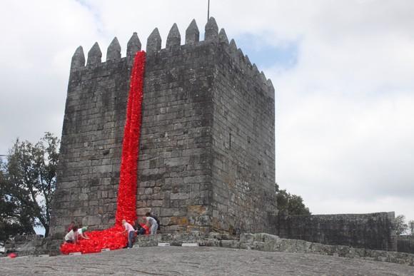 Preparativos Manto de Papoilas no Castelo de Lanho