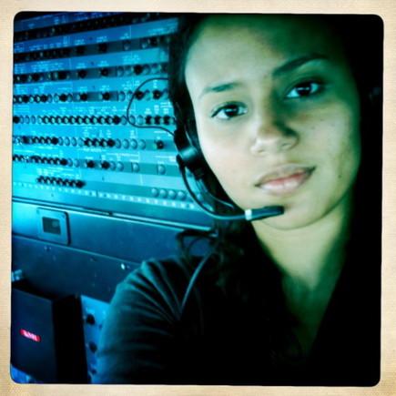 Mayra no cockpit do avião