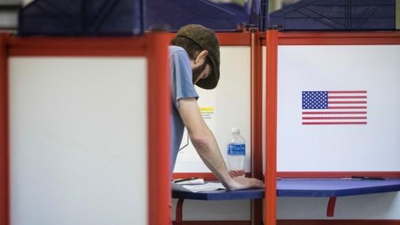 eleicoes_eua_eleitor_mesa_voto 2016