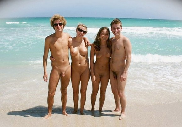- - homens e mulheres na praia de nudismo.jpg