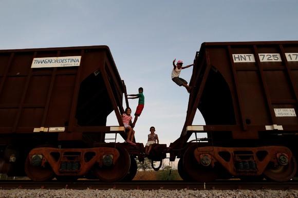 Crianças brincam Linha Transnordestina, Pernambuc