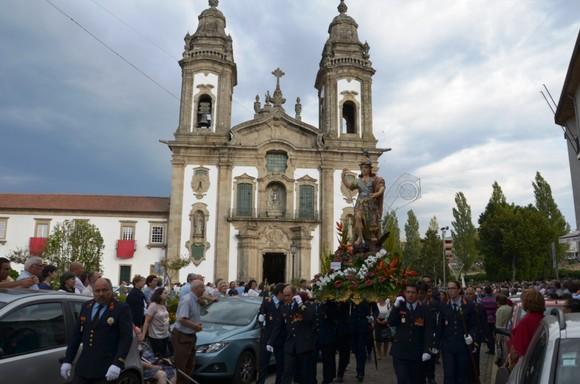 Bombeiros carregam andor de S. Miguel (1)