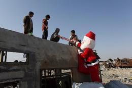 Voluntário distribui presentes em Najaf, Iraque