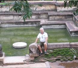 Henrique na piscina das mulheres em Anuradhapura,
