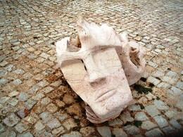 Cara de pau ...  feita em pedra