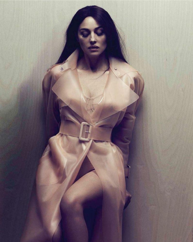 Monica-Bellucci-Vanity-Fair-Magazine-Italy-Decembe